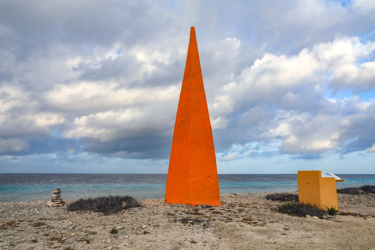 De oranje obelisk bij oranje pan